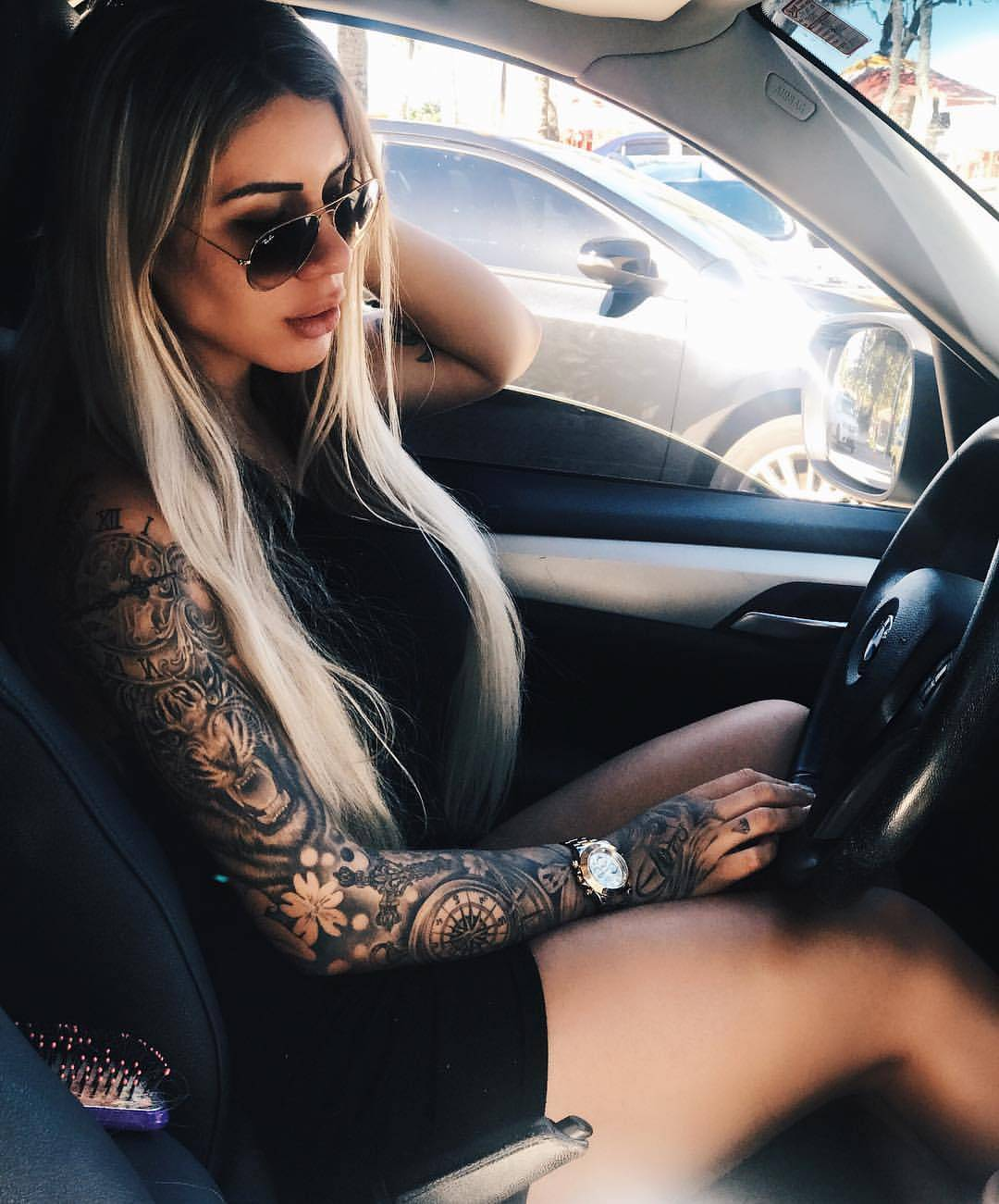 hammered sleeves at a beautiful girl, a photo behind the wheel
