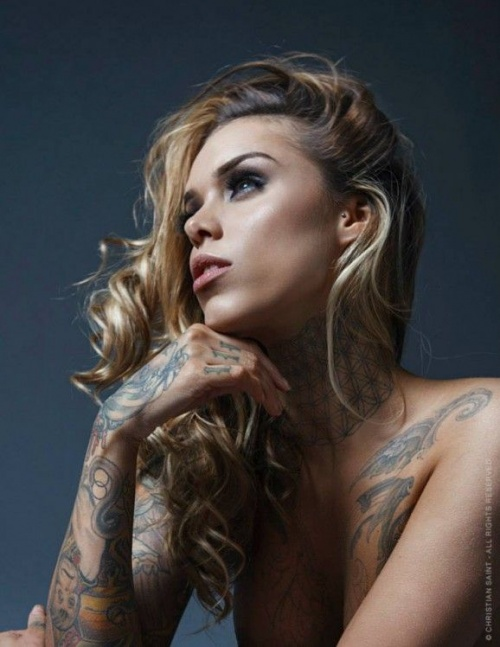 Another model with beautiful tattoos on the whole hand