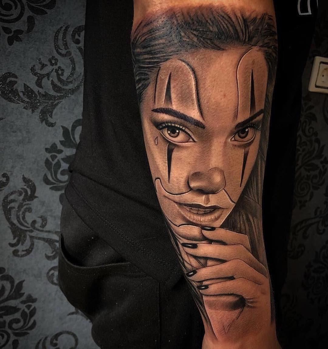 The face of the girl performed by the finished tattoo