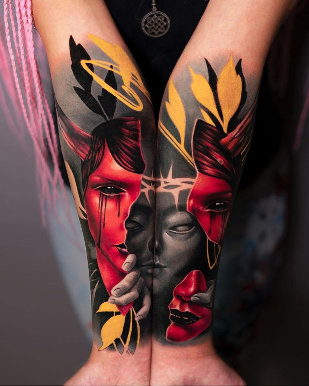 Colored sleeve in a very interesting style, consisting of two parts on different arms